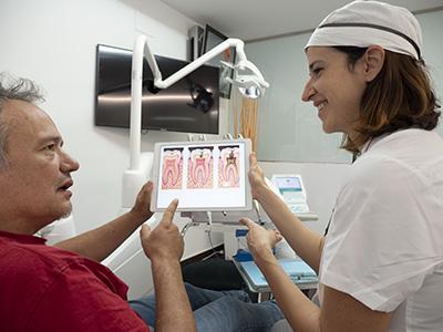 Elisenda Torné asesorando a un paciente sobre odontologia conservadora
